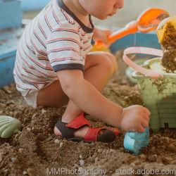 2歳の男の子の遊び。外と室内での遊び方や気をつけること