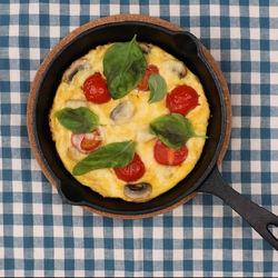おしゃれで時短。スキレットで作るきのことトマトのオムレツ