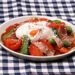 時短レシピ。アスパラべーコンの温玉チーズサラダ