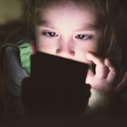 【ブルーライト】子どもの体も生活も蝕む現代の脅威