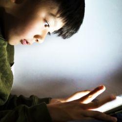 """【ストレートネック】子どもの慢性疲労を招く""""スマホ首""""の怖さ"""