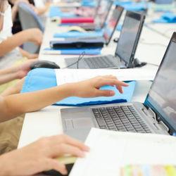 【未来の教室】授業はプレゼンや議論。社会も算数もPCで学ぶ公立小学校