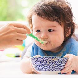 離乳食の「いつから」を解説。ゴックン期・モグモグ期・カミカミ期の食材