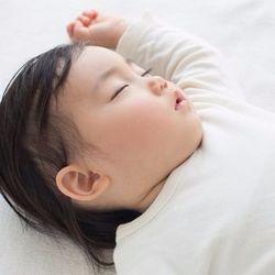 赤ちゃんのお昼寝の寝かしつけ。トントンやおしゃぶりなどの方法と体験談
