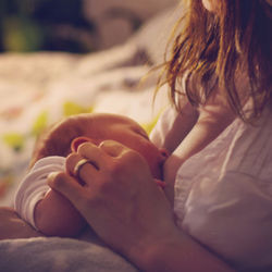 5カ月、9カ月、1歳の夜泣きや夜の授乳はいつまで?寝る時間を確保するには
