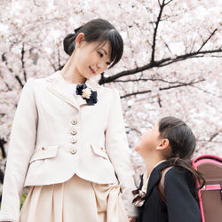 卒園式と入学式、母親の服装マナーのちがいは?スーツの色はどうする?