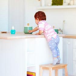 机やテーブルに上る子どもへのしつけのポイントは