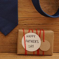 父の日のプレゼント。子どもの手形を使った工作、お揃いグッズや手作り料理など