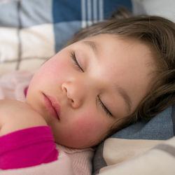 【小児科医監修】保育園や幼稚園でおたふく風邪が流行る季節。注意点やホームケア、予防法