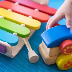 オルゴールや太鼓など、赤ちゃんにおすすめの音が出るおもちゃ