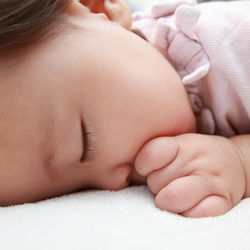 1歳児の寝かしつけ。歌や絵本を使った方法や場面別寝かしつけのポイント