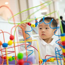 4歳の男の子のおもちゃ。室内、屋外で遊べる楽しいおもちゃは