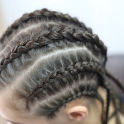 キッズのヒップホップダンス発表会、子ども向けのヘアやメイクの工夫とは