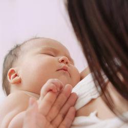 新生児とタクシー乗車。退院時の予約や抱っこの方法、抱っこ紐などあると便利なグッズ