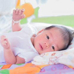 新生児への絵本の読み聞かせはいつから?絵本選びや読み聞かせのコツ