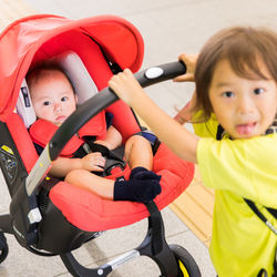 新生児のベビーカーはいつから使える?A型B型の特徴と備えておきたいおすすめグッズ