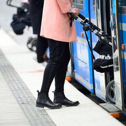 外出時や帰省、旅行など生後6カ月の赤ちゃんと電車に乗るときのコツやグッズ