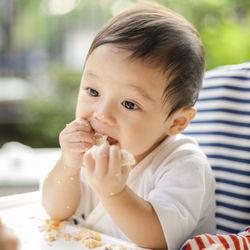 赤ちゃんの離乳食の手づかみ食べ。離乳食後期など時期ごとのレシピや、冷凍などの工夫