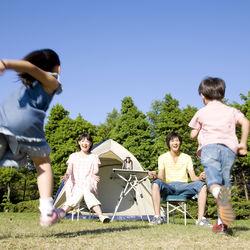子どもとキャンプに行くときの持ち物。シュラフやイスなどの必需品や便利グッズ