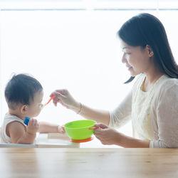 離乳食開始時期の目安や時間、野菜を使ったメニュー例。食べないときの対処法