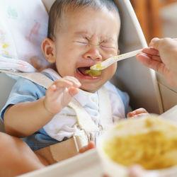 11カ月の赤ちゃんが離乳食を食べない原因は?遊び食べや体重が気になるときの対処法