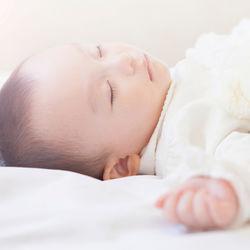 赤ちゃんの寝かしつけの方法。歌や音を使った寝かしつけやお話での寝かしつけ、環境の整え方