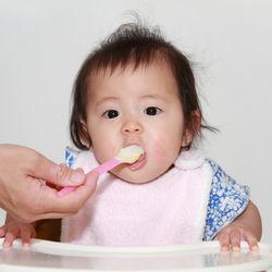 保育園用のお食事エプロンは何枚必要?選び方やタオルを使った作り方など