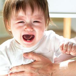 生後5ヶ月の赤ちゃんの人見知り。パパ見知りや場所見知りなど泣き止まないときの対策