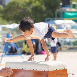 跳び箱の開脚跳びのポイントや補助のコツ。うさぎ跳びや馬跳びで遊びながら練習しよう