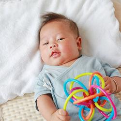 新生児のおもちゃは必要?いつから遊ぶかやおもちゃの種類、選び方など