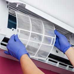 エアコン掃除はどのくらいの頻度でする?フィルター掃除手順、便利なグッズ