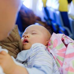生後7ヶ月の赤ちゃんと飛行機搭乗。便利なグッズや耳抜きの方法など