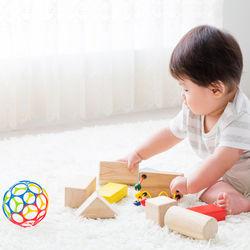 赤ちゃんの指先のおもちゃ。0歳児、1歳児向けのおもちゃや選ぶときのポイント