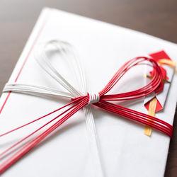 お宮参りの初穂料に使うのし袋。袋の表書きの書き方や包む金額、渡すときのマナーなど