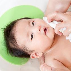 赤ちゃんの沐浴の方法。背中を洗うときの持ち方や1人で沐浴をするときのコツ