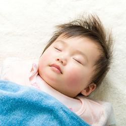 赤ちゃんをトントンで寝かしつける方法は?ママたちの工夫やコツなど
