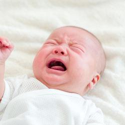 生後1ヶ月の赤ちゃんの夜泣き。ママが考える原因や泣き止まないときの対応