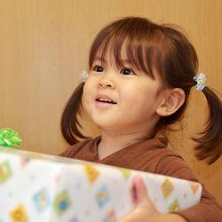 3歳の女の子に贈るプレゼント。服やアクセサリーなど予算別に紹介