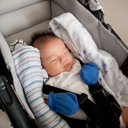新生児のチャイルドシートの選び方。回転式などの機能や乗せる角度など