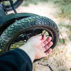 ベビーカーのタイヤの選び方。ゴムタイヤの空気入れや修理の目安とは