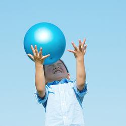 4歳の男の子にプレゼントを贈ろう。車や知育玩具などの選び方