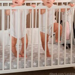双子のベビーベッド選び。レンタルする場合やいつまで使ったか