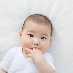 生後2ヶ月、3ヶ月の指しゃぶり。寝るときや授乳後など指しゃぶりするシーン