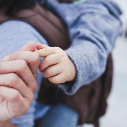 抱っこ紐でおんぶするには?役立つ育児グッズや気をつけたいポイント