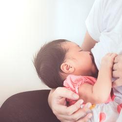 飛行機での授乳。持ち物や座席の選び方、授乳するタイミングなど