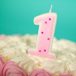 1歳を祝うバースデーケーキ。ヨーグルトを使った簡単なレシピなど