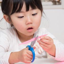 乳児向けのおもちゃを手作りしよう。牛乳パックなどを使った作り方