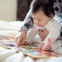 乳児の絵本の読み聞かせ。選び方のポイントや手作りなどの工夫