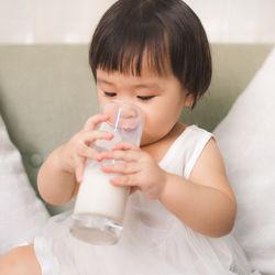 【小児科医監修】1歳過ぎたら牛乳を飲ませた方がいい?望ましい与え方