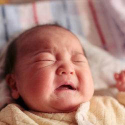 赤ちゃんの夜泣きを夫婦で乗り越えるには。旦那さんのサポートなど